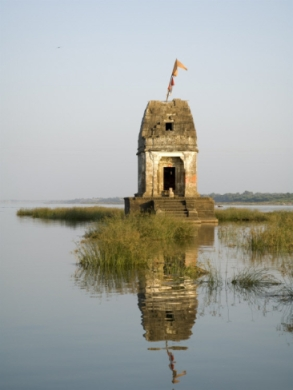r-h-productions-small-hindu-temple-in-middle-of-the-narmada-river-maheshwar-madhya-pradesh-state-india